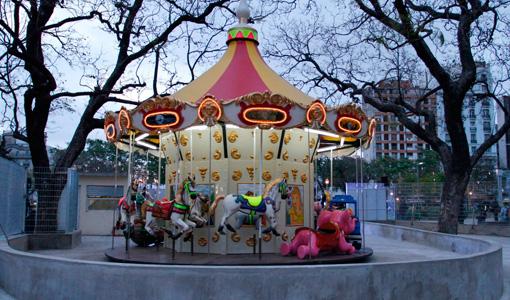 Nueva iluminación y juegos en Plaza Constitución