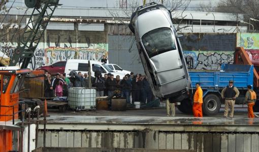 Hallan el auto que cayó al Riachuelo, buscan al conductor y a su hijo