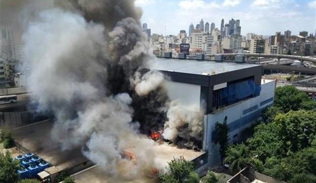 Un incendio afectó el deposito de utileria de Canal 13 y TN