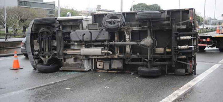 Un camión volcó en la la Autopista 9 de Julio Sur