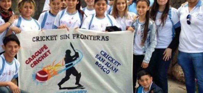 Francisco bendijo a un equipo de cricket integrado por chicos de la ciudad