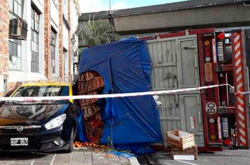 Dos heridos al volcar un camión en San Telmo