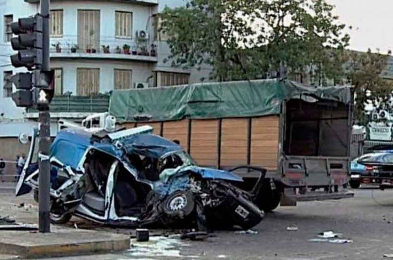 Dos policías murieron al chocar contra un camión