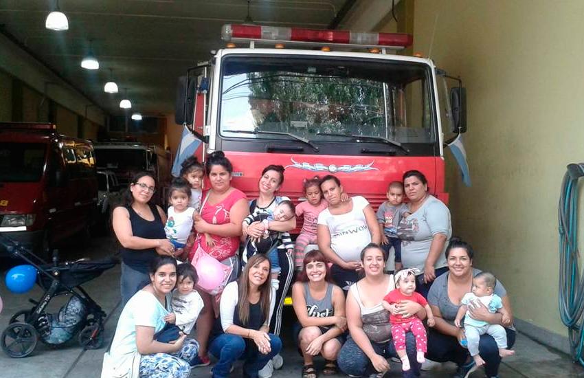 Visita de las mamás de Upa La Boca a los Bomberos