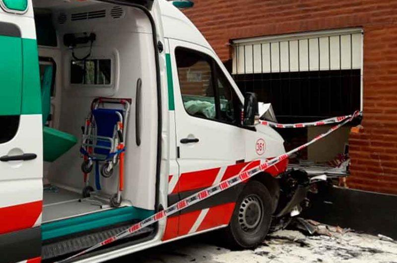 Una ambulancia se incrustó en una vivienda