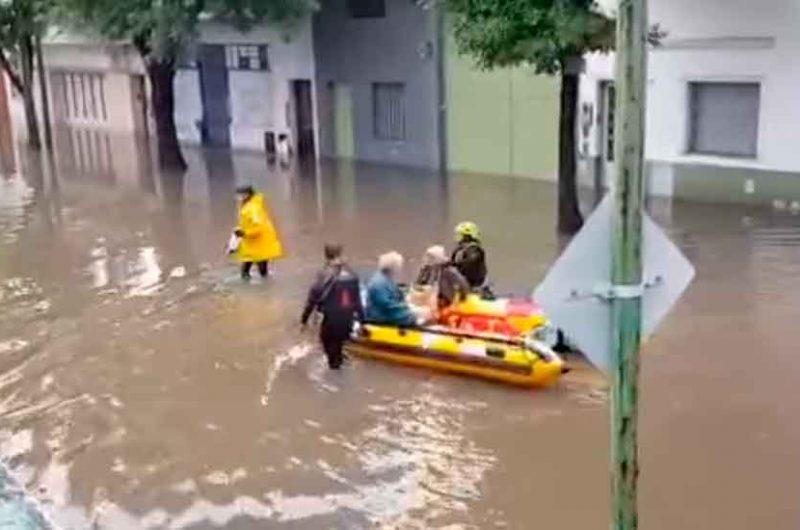 Intensa lluvia provoca anegamientos en Pompeya y Barracas
