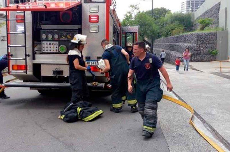 Simulacro de los bomberos en el Hospital Pedro Elizalde