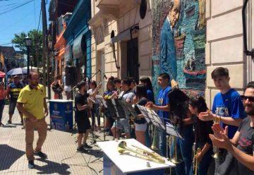 La orquesta de la Fundación Boca Social tocó para los vecinos