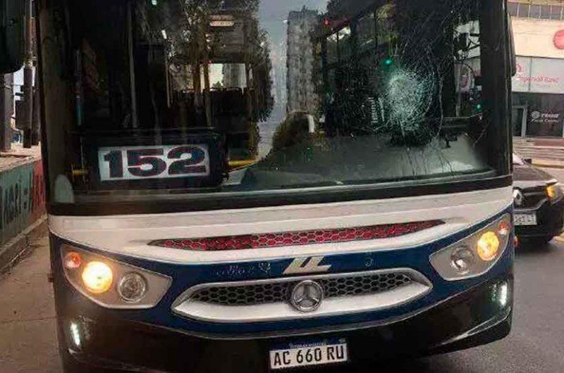 Detuvieron a dos personas por un ataque a un colectivo de la 152