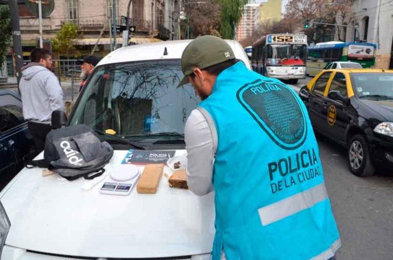 Policía capturó a un «dealer-delivery» con un kilo de marihuana
