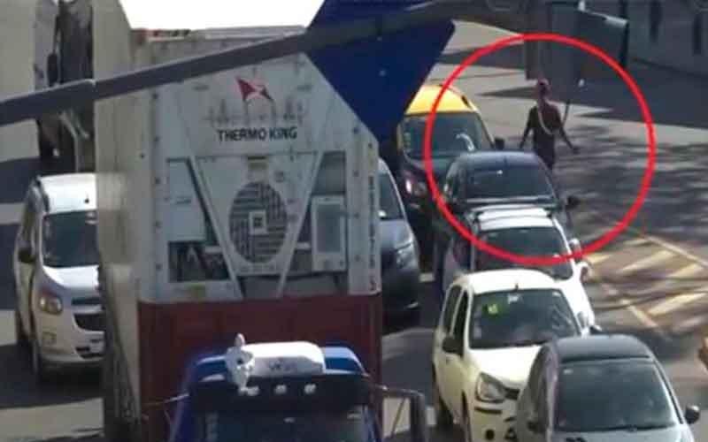 Robaban a los automovilistas al detenerse en los semáforos