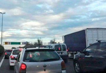 Largas filas de vehículos en los accesos a la Ciudad