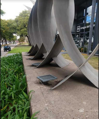 Detenidos por robar luminarias de una escultura.