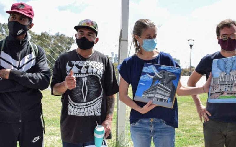 Cuatro personas en situación de calle intervinieron artísticamente un predio del Gobierno