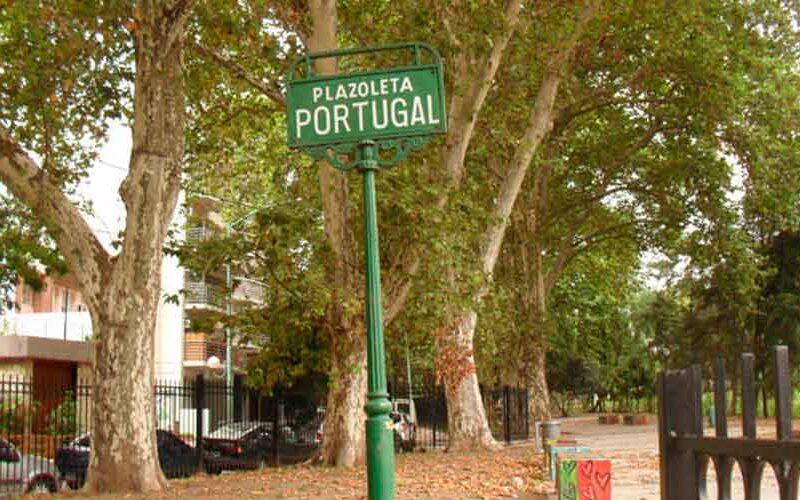 Colocación de una placa recordatoria en la Plaza Portugal