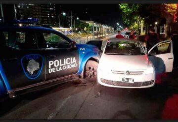 Capturan a dos menores que robaron un vehículo a mano armada