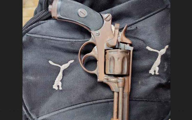 Un hombre fue detenido con un revólver en su mochila
