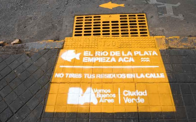La Ciudad pinto alcantarillas con mensajes de concientización